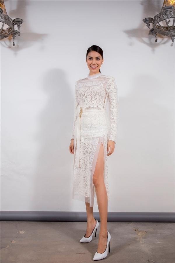 Lan Khuê diện váy ren trắng với phần tà xẻ táo bạo.