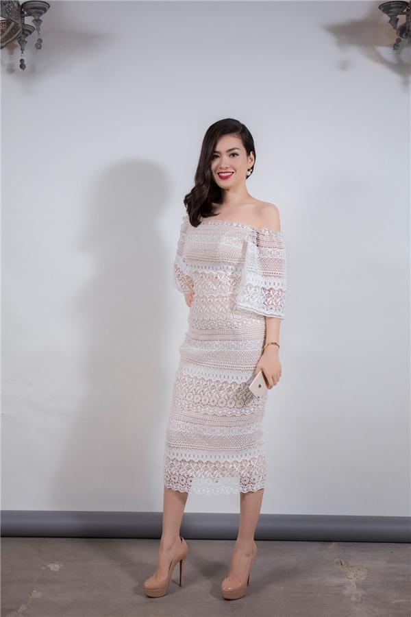 Hoa hậu Diễm Trần diện váy ren với chi tiết xẻ vai hợp xu hướng.