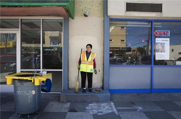 Ngày ngày, bà Suu Ngo cần mẫn làm sạch đường phố. (Ảnh: Erin Brethauer)