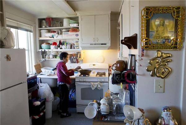 Gian bếp nhỏ ngào ngạt mùi há cảo chiên do tay người bà 67 tuổi nấu nướng. (Ảnh: Erin Brethauer)