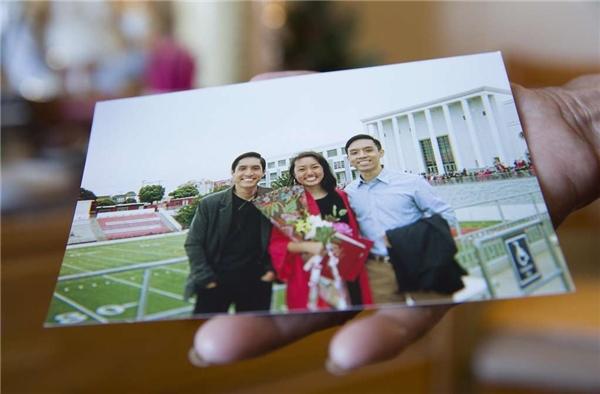 Đây là bức ảnh chụp ba đứa cháu của bà, nơi bà gửi gắm tất cả tình yêu thương. (Ảnh: Erin Brethauer)