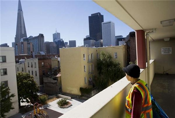 Cụ bà ngắm nhìn bầu trời San Francisco từ ban công trước căn hộ. (Ảnh: Erin Brethauer)