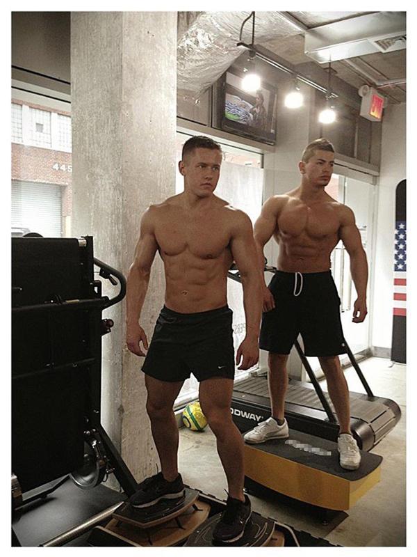 Chỉ cần so sánh hai đôi chân là đủ biết lịch tập và phong cách tập gymcủa hai anh chàng này rồi.