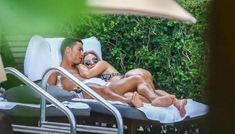 Ronaldo tận hưởng bên người đẹp quên cả trời trăng mây nước.