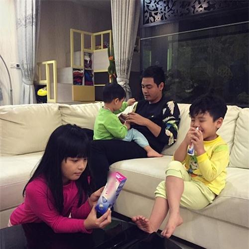 Bên cạnh đó, mỗi khi rảnh rỗi, Phan Anh luôn giúpvợchăm sóc ba con nhỏ bởi anh hiểu nỗi vất vả của bà xã khi phải quán xuyến nhiều việc. - Tin sao Viet - Tin tuc sao Viet - Scandal sao Viet - Tin tuc cua Sao - Tin cua Sao