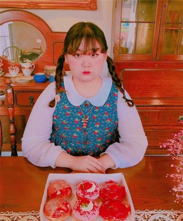 Cô nàng rất thích ăn bánh ngọt và thường có những nhận xétvề các món ăn khiến cư dân mạng thích thú.