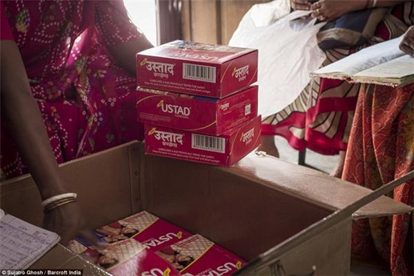 """Bao cao su được phân phát trong các khu nhà thổ nhằm giúp """"gái bán hoa"""" tránh các bệnhlây nhiễm."""