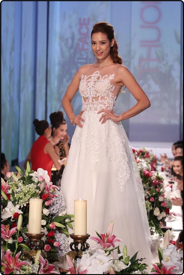 Tại The Face Vietnam 2016, đội Hồ Ngọc Hà và Lan Khuê liên tục bị làm khó với những bộ váy dài, bồng bềnh khó di chuyển cùng hàng loạt chướng ngại vật do khách mời đặt ra.