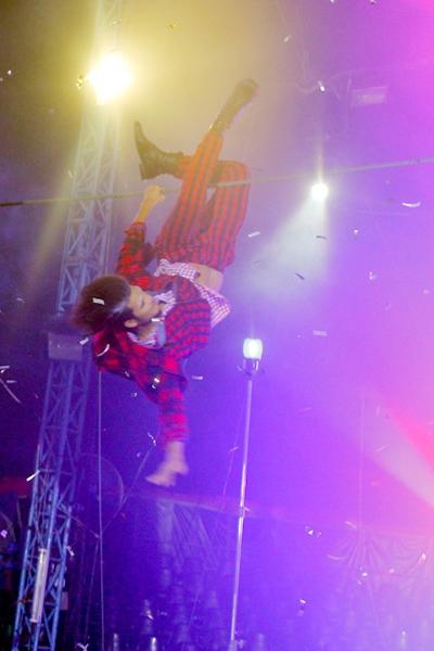 """Giám khảo Next Top Model mùa này bị một phen """"khiếp vía"""" khi thí sinh Vũ Tuấn Việt ngã nhào cổ xuống từ một sợi dây thăng bằng ở rạp xiếc. Nhiệm vụ của họ trong phần thi này là phải hóa thân thành diễn viên xiếc và tạo dáng thăng bằng trên một sợi dây mảnh."""