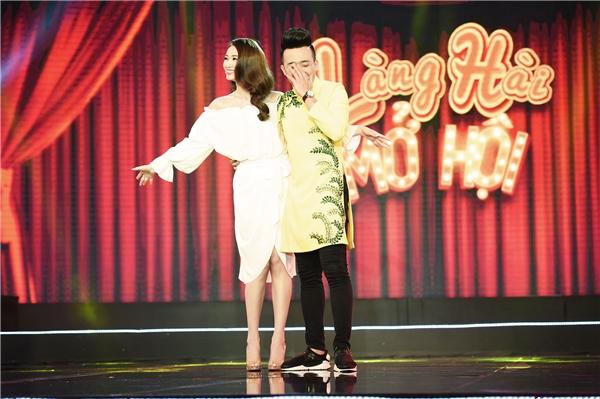 Cô cũng chủ động trò chuyện với Trấn Thành, Việt Hương để hiểu rõ thêm về nội dung chương trình và làm tốt vai trò giám khảo khách mời.