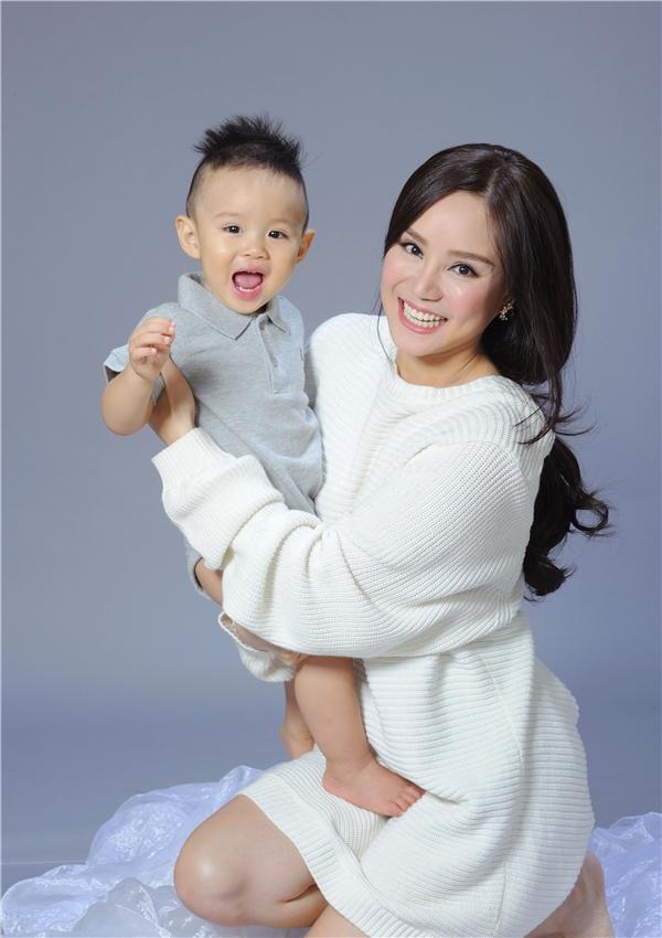 Con trai Vy Oanh tinh nghịch, cười tít mắt khi làm mẫu bên mẹ