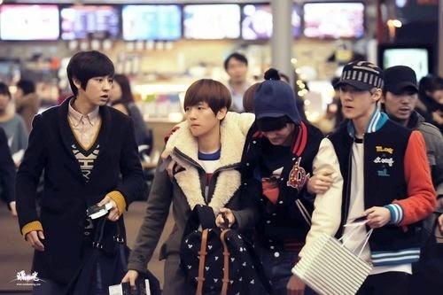 Các thành viên EXO từng nổi giận khi Kai bị các fan quá khích đẩy ngã cầu thang ảnh hưởng đến chân và hông khiến anh không thể bước vững.