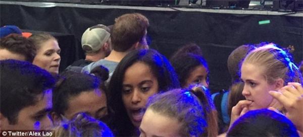 Trước đó vào tối thứ Năm Malia cũng đã bị paparazzi bắt gặp đang nhảy nhót vui vẻ với bạn bè tại lễ hội này trong lúc DJ người Na Uy Cashmere Cat đang biểu diễn, trong lúc bà Hillary Clinton đang có bài phát biểu tại Hội nghị Quốc gia Dân chủ ở Philadelphia