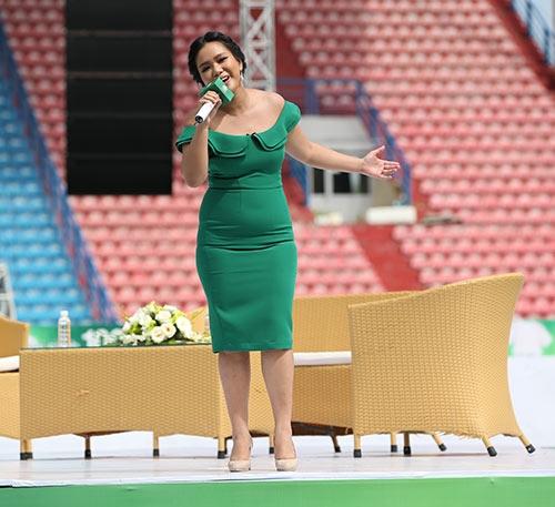 Nữ ca sĩ diệnchiếc váy bó sát màuxanh lá đơn giản, không họa tiết. - Tin sao Viet - Tin tuc sao Viet - Scandal sao Viet - Tin tuc cua Sao - Tin cua Sao
