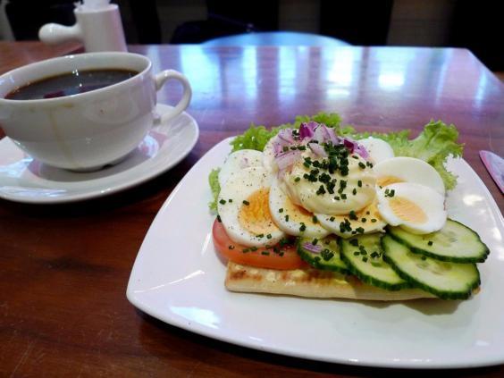 Thụy Điển-Một bữa ăn sáng điển hình ở Thụy điểnlà 2 látbánh sandwich kẹpvới cá, phô mai, sốt mayonnaise, và các loại rau như dưa chuột và cà chua.