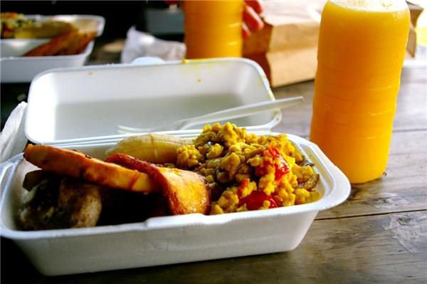 Jamaica - ackee, một loại trái cây mà trông giống như trứng khi được nấu chín, là thực phẩm ăn sáng yêu thích của ngườiJamaica. Ackee có thể được ănkèm với chuối chiên, cá muối, và trái cây tươi.