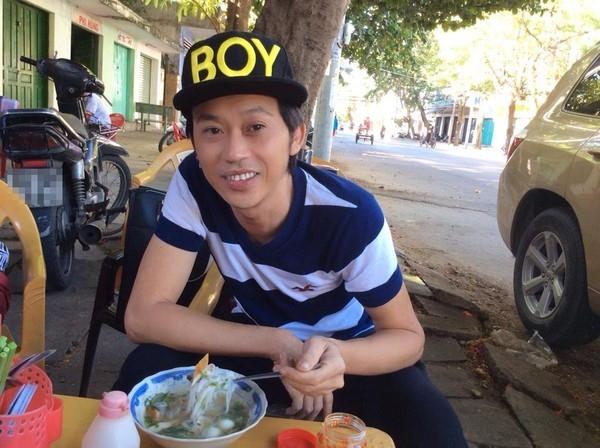 Với Hoài Linh, việc thưởng thức ẩm thực đường phố không chỉ là sở thích mà còn khiến anh cảm thấy thoải mái khi được là chính mình. - Tin sao Viet - Tin tuc sao Viet - Scandal sao Viet - Tin tuc cua Sao - Tin cua Sao