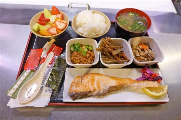 Nhật Bản -Bữa sáng ở Nhật chia làm hai loại truyền thống (wafuu) và hiện đại (youfuu). Bữa sángkiểu Wafuu có cơm, cá, súp miso, đậu nànhvà rong biển nori. Cònbữa sáng kiểu youfuu gồmbánh mì nướng phết bơ, trứng, cà phê, và salad khoai tây.