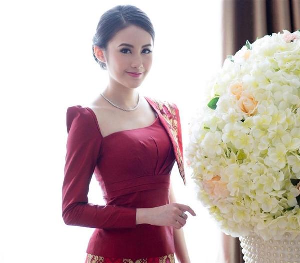 Cô nàng trông sắc sảo, mặn mà hơn với bộ quần áo truyền thống Lào.
