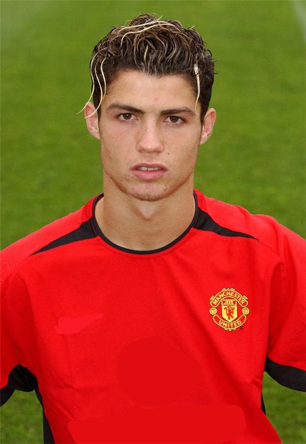 2003: thời điểm mới chuyển sang thi đấu cho Manchester United, Ronaldo tận dụng vẻ điển trai của mình để thu hút lượng fan nữ cực kì đông đảo của câu lạc bộ này, đặc biệt là mái tóc xoăn tít cắt cao cùng vài sợi nhuộm bạch kim.
