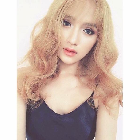 Với kiểu tóc này, nữ ca sĩ lựa chọnkính áp tròng xanh nước biển và trang điểm tông hồng trong veo. - Tin sao Viet - Tin tuc sao Viet - Scandal sao Viet - Tin tuc cua Sao - Tin cua Sao