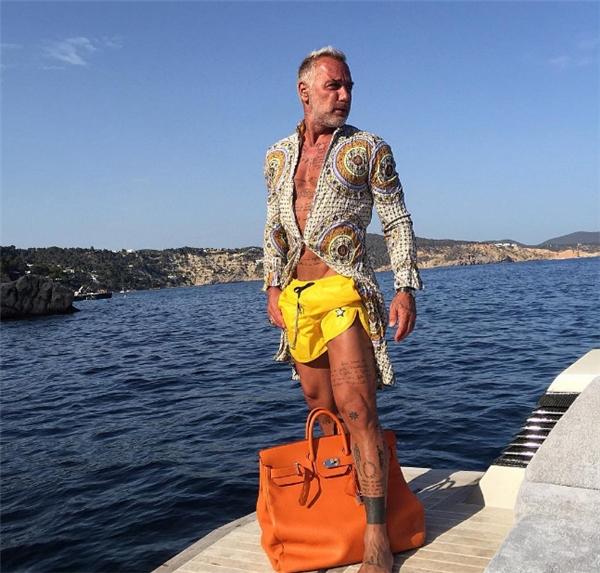 Triệu phú 49 tuổi gây sốt cả thế giới với vẻ đẹp nam tính