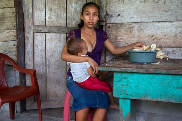 Cô bé Aracely đến từ Guatemala làm mẹ khi chỉ mới 15 tuổi. Cô cho biết mình đã phải trải qua nỗi đau đớn khó nhọc khi sinh con trước tuổi trưởng thành.