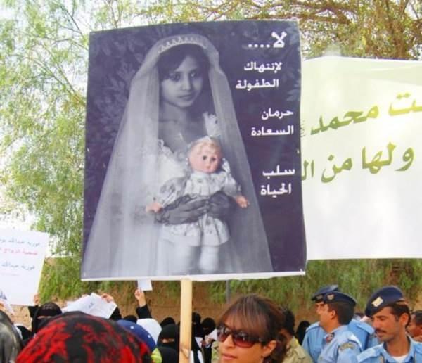 Cô bé Rawan 8 tuổi đã kết hôn với người đàn ông 40 tuổi tại Yemen. Trong đêm tân hôn, phần dưới cơ thể của cô bé đã bị rách nghiêm trọng gây chảy máu nặng và chết vì nội thương khiến dân chúng nước này vô cùng phẫn nộ.