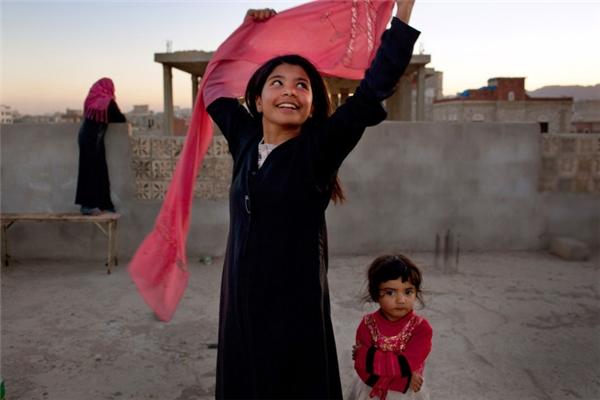 """Cô bé Nujoud Ali 8 tuổi đã có thể vui vẻ tươi cười khi """"được"""" ly hôn với người chồng hơn cô 20 tuổi. Câu chuyện của cô gây chấn động toàn Yemen đến mức mà quốc hội phải thông qua một đạo luật quy định về độ tuổi kết hôn tối thiểu."""