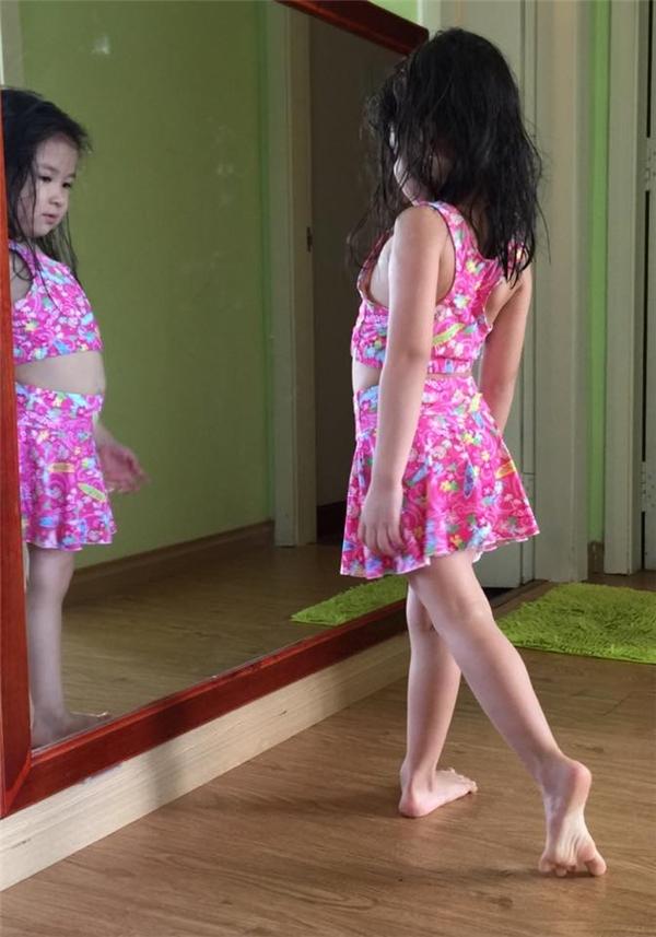 Bé Cát tạo dáng trước gương và được nhiều người nhận xét có tố chất học múa từ nhỏ. - Tin sao Viet - Tin tuc sao Viet - Scandal sao Viet - Tin tuc cua Sao - Tin cua Sao