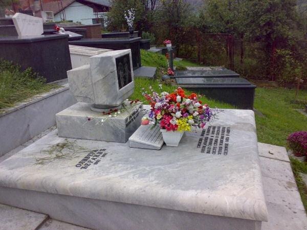 Bia mộ của một thanh niên nghiện vi tính.
