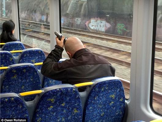 """Đây chắc chắn là một ca thức dậy trễ vào ngày phỏng vấn xin việc làm đây! Tranh thủ """"chỉnh"""" quả đầungay trên tàu hỏa thế kia mà.(Ảnh: Internet)"""