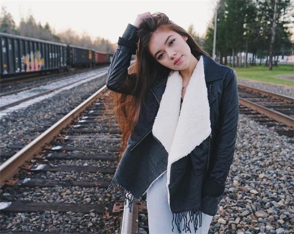 Mái tóc dài bồng bềnh của cô nàng cũng là một điểm thu hút đặc biệt của cô nàng.