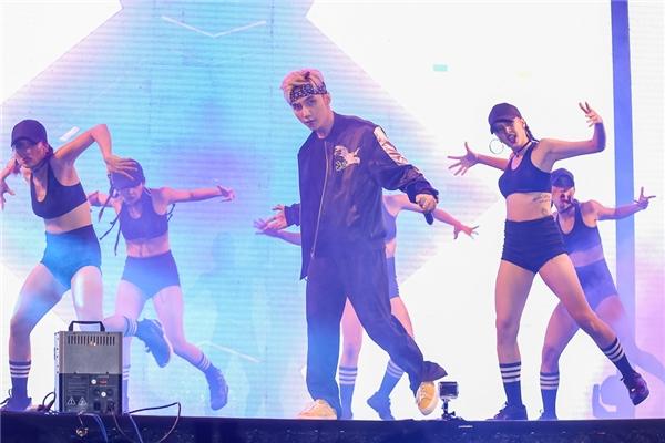 """Sơn Tùng thể hiện những động tác vũ đạo, thay vì tự """"phiêu"""" theo nhạc như trước đây khiến nhiều fan bất ngờ. - Tin sao Viet - Tin tuc sao Viet - Scandal sao Viet - Tin tuc cua Sao - Tin cua Sao"""