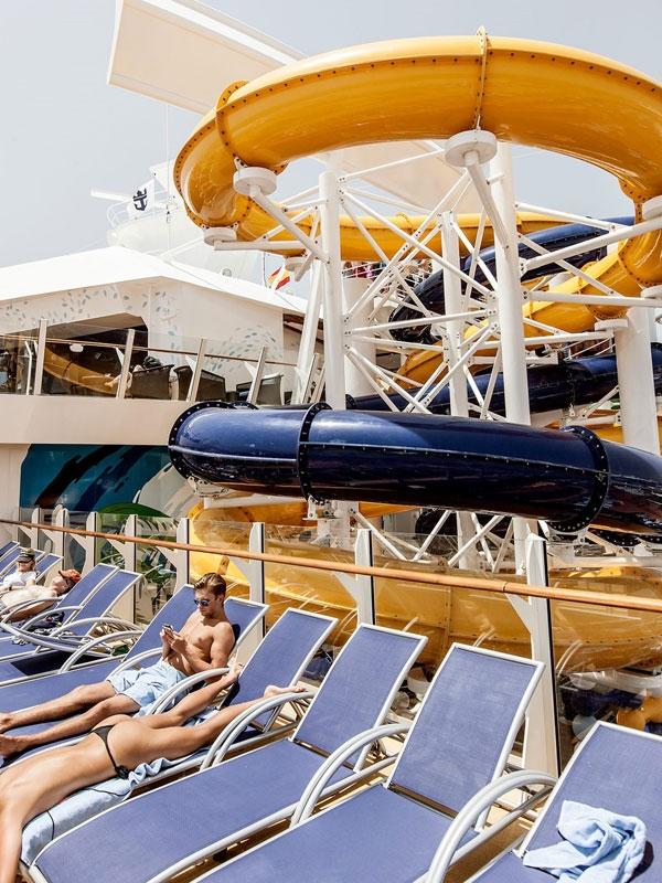 Cuộc sống xa xỉ trên du thuyền lớn nhất thế giới