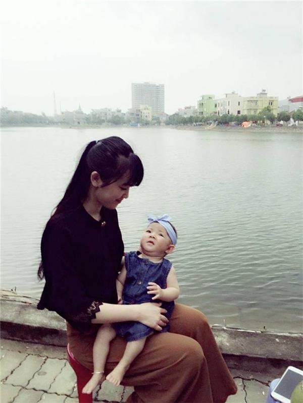 Mới đây hình ảnh về bé Thào Thị Yến Nhi (Lào Cai) lúc 14 tháng tuổi chỉ nặng 3,5kg bỗng trở thành thiên thần nhờ vào bàn tay chăm sóc của mẹ nuôi Phạm Thị Thanh Tâm (SN 1992). Ảnh: Internet