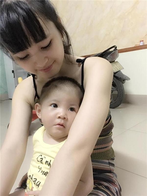 Hiện bé Yến Nhi đã đạt cân nặng khoảng 7,5kg. Mặc dù chưa hoàn toàn vượt qua ngưỡng suy dinh dưỡng, nhưng bé vẫn đang phát triển theo hướng tích cực. Ảnh: Internet