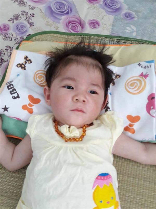Ngoài uốngsữa, bé được mẹ Thanh Tâm cho ăn thêm bột. Nhiều người đã cảm thấy bất ngờ và vui mừng với hình ảnh mới nhất của Yến Nhi.