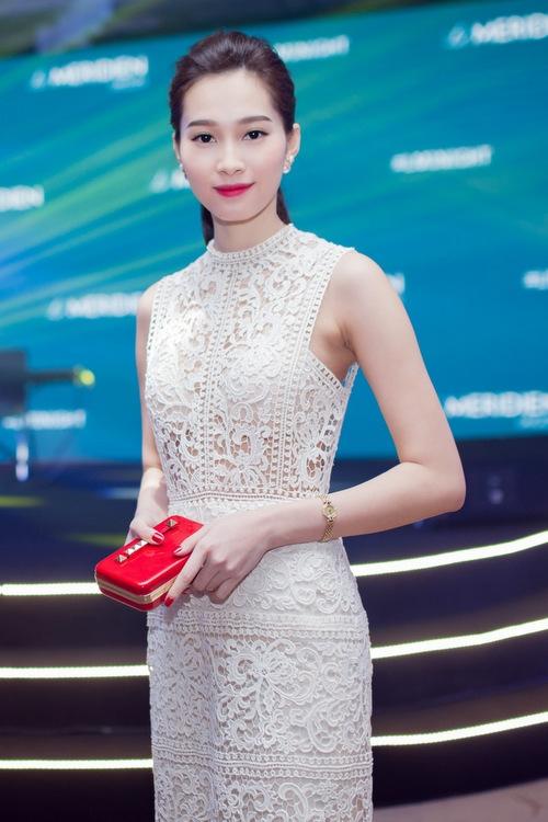 """Tuy nhiên, đây không phải là lần đầu tiên Hoa hậu Việt Nam 2012 gợi cảm như thế. Cách đây khá lâu, tham gia một sự kiện, người đẹp 25 tuổi trở thành tâm điểm với bộ váy ren dài xuyên thấu của Lâm Gia Khang. Đây được xem là bước ngoặc trong phong cách thời trang của """"thần tiên tỉ tỉ""""."""