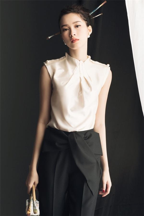 Trong một bộ ảnh thời trang, người đẹp 9X hóa thân thành quý cô cổ điển với hai tông màu đen, trắng thanh lịch nhưng rất đỗi cá tính, hiện đại.