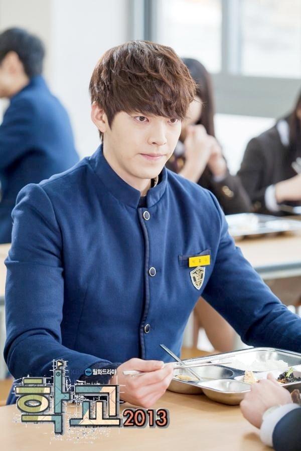 Kim Woo Bin gây ấn tượng mạnh với khán giả với vai diễn Park Heung Soo trong phim School 2013.(Ảnh: Internet)