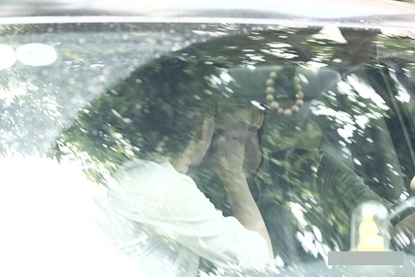 Không chỉ công khai hẹn hò, cặp đôi Hải Băng - Thành Đạt còn thoải mái trao nhau nụ hôn thắm thiết, bất kể ánh nhìn của mọi người xung quanh. - Tin sao Viet - Tin tuc sao Viet - Scandal sao Viet - Tin tuc cua Sao - Tin cua Sao