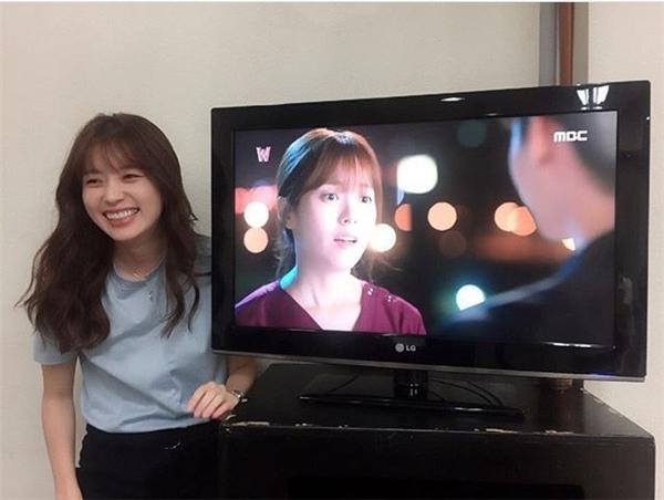 """Không chỉ trên phim, Han Hyo Joo ngoài đời cũng """"chết mê"""" Lee Jong Suk"""