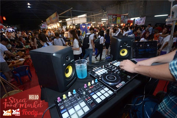 Các chương trình giải trí, giao lưu ca sĩ, tham gia đêm nhạc EDM cũng các DJ nổi tiếng.