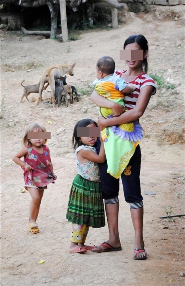 Mẹ trẻ bên bầy con thơ. (Ảnh: Nông Nghiệp Việt Nam)