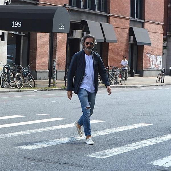 Ông rất chú trọng vào đôi giày và trang phục giản dị làm từ vải cotton.