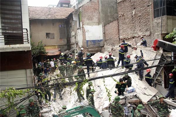 Hình ảnh xúc động tại hiện trường cứu nạn vụ sập nhà ở Hà Nội