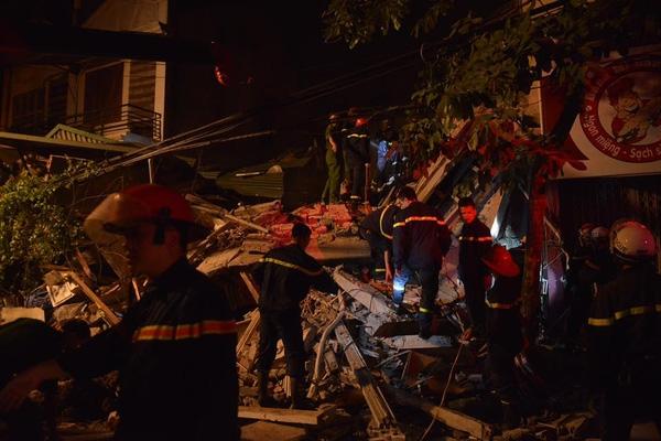 Đội cứu hộ dùng những thiết bị chuyên dụng để giải cứu những nạn nhân đang đau đớn bên dưới đống đổ nát.