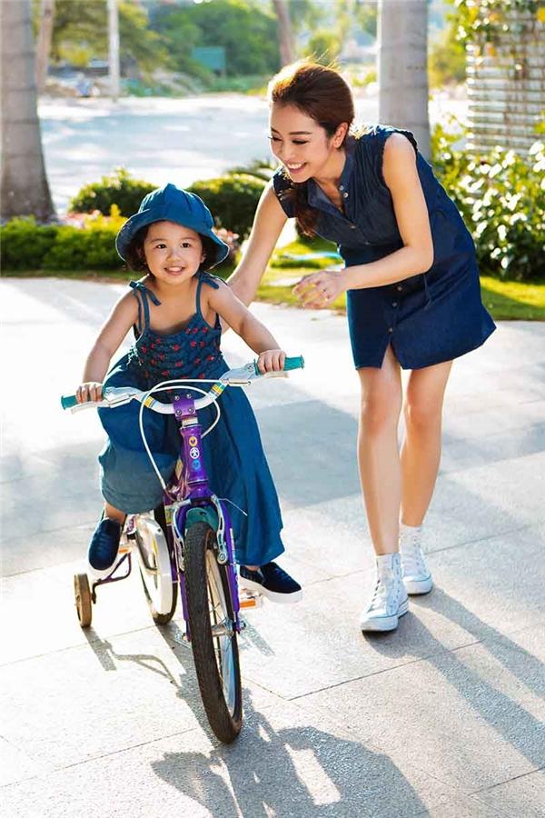 """""""Công chúa"""" nhỏ nhà Jennifer háo hức khi được mẹ tập chạy xe đạp. - Tin sao Viet - Tin tuc sao Viet - Scandal sao Viet - Tin tuc cua Sao - Tin cua Sao"""