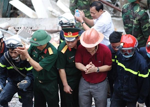 Các chiến sĩ vỗ tay để động viên các nạn nhân.
